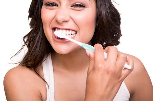 Nên đánh răng trước hay sau khi ăn sáng để không bị hôi miệng -1